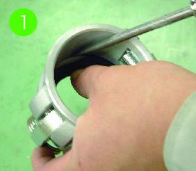 สอดไขควงปากแบนหรืออุปกรณ์คล้ายกันเข้าที่ระหว่างโครงหลักและแหวนรองกันรั่ว